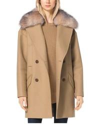 beige Mantel mit einem Pelzkragen