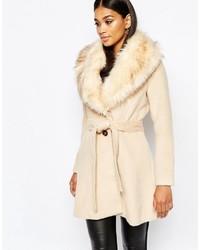 beige Mantel mit einem Pelzkragen von Lipsy