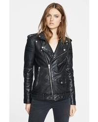 Halten Sie Ihr Outfit locker mit schwarzen Leder Ballerinas und einer Bikerjacke.