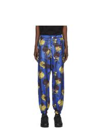 blaue Chinohose mit Blumenmuster