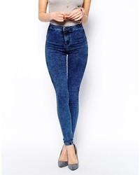 blaue enge Jeans mit Acid-Waschung