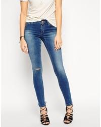 blaue enge Jeans mit Destroyed-Effekten von Asos