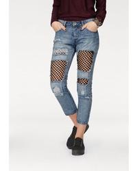 blaue enge Jeans mit Destroyed-Effekten von Hailys