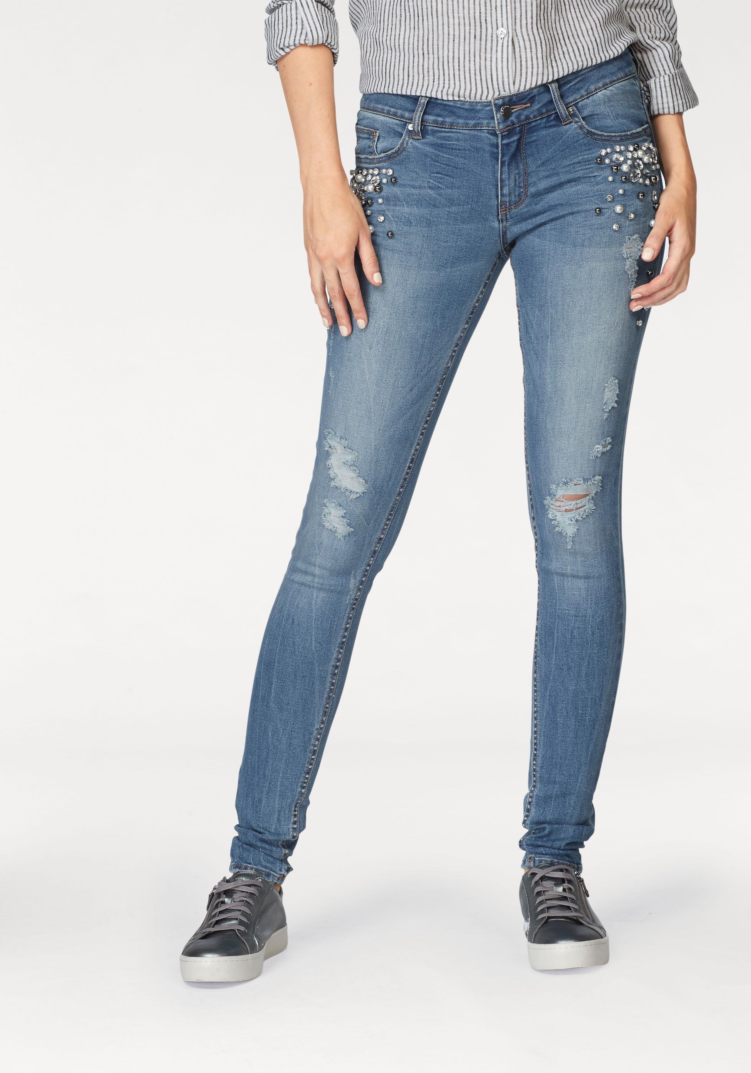 blaue enge Jeans mit Destroyed-Effekten von Q/S designed by