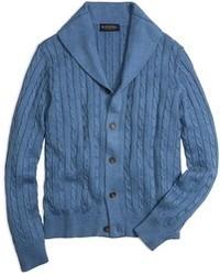 blaue Strickjacke mit einem Schalkragen