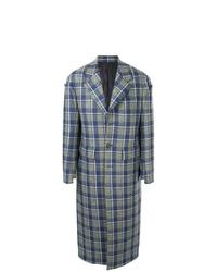 blauer Mantel mit Schottenmuster