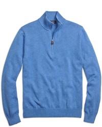 blauer Pullover mit einem Reißverschluss am Kragen