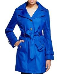 blauer Trenchcoat