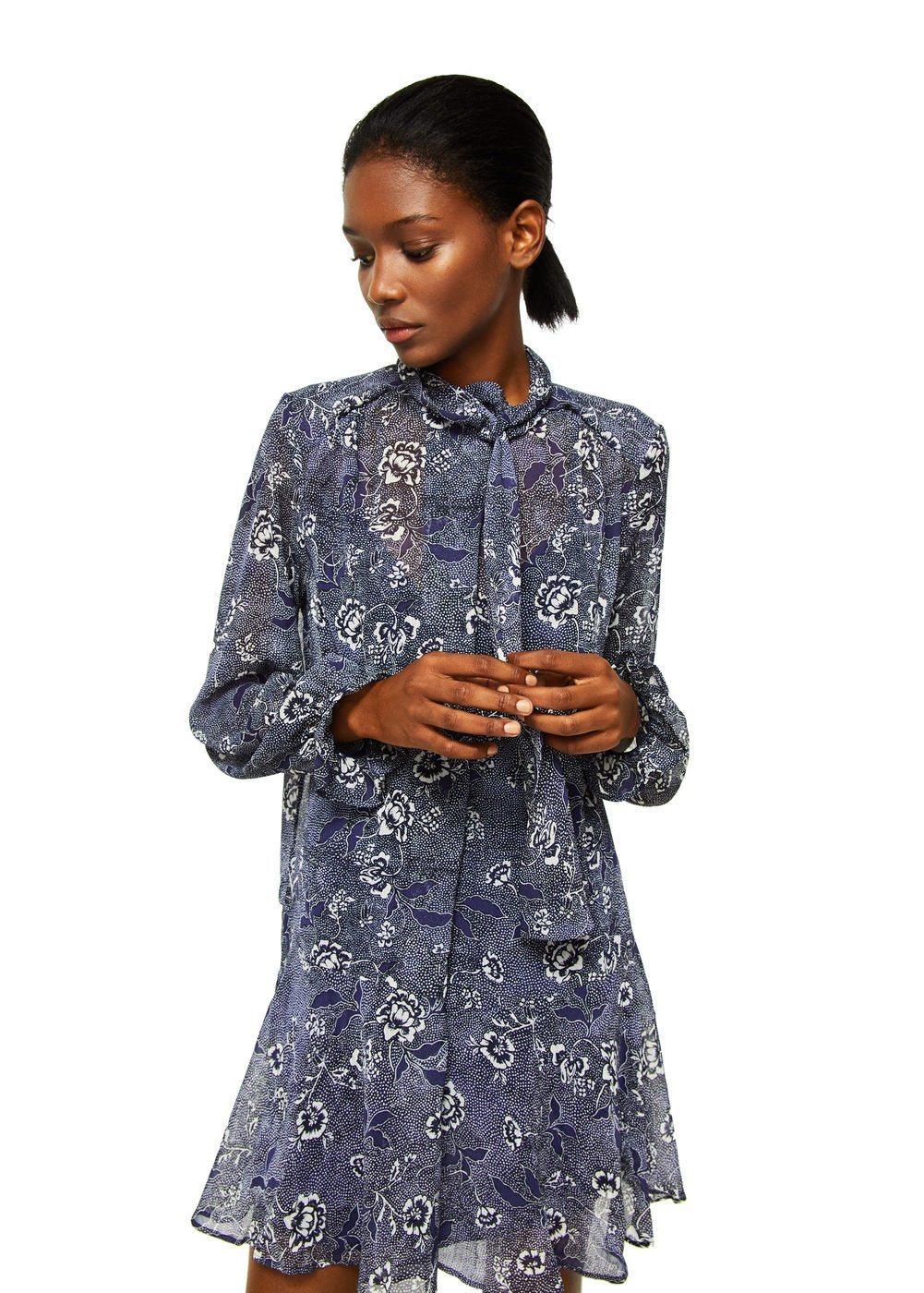 blaues schwingendes Kleid mit Blumenmuster von Mango
