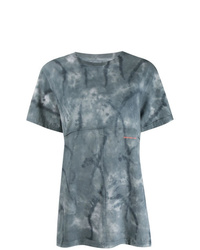 blaues T-Shirt mit einem Rundhalsausschnitt mit Batikmuster