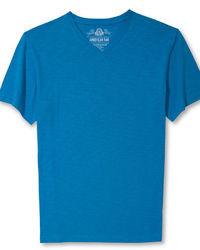blaues T-Shirt mit einem V-Ausschnitt