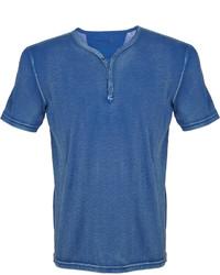blaues T-shirt mit einer Knopfleiste
