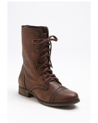 braune flache Stiefel mit einer Schnürung aus Leder