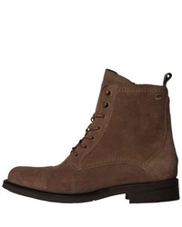 braune flache Stiefel mit einer Schnürung aus Wildleder von Tommy Hilfiger