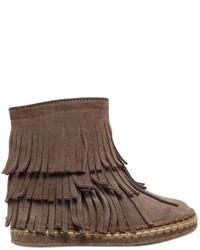 braune Stiefel aus Wildleder