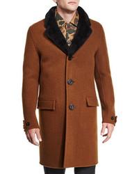 brauner Mantel mit einem Pelzkragen