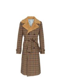 brauner Mantel mit einem Pelzkragen von Gucci