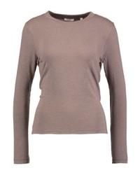 brauner Pullover mit einem Rundhalsausschnitt von KIOMI