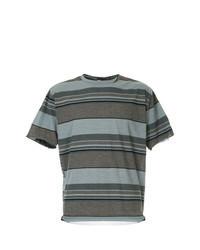 braunes horizontal gestreiftes T-Shirt mit einem Rundhalsausschnitt