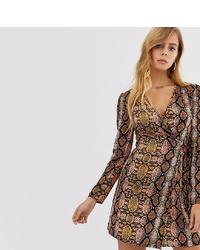 braunes Wickelkleid aus Seide mit Schlangenmuster von Boohoo