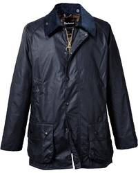 dunkelblaue Jacke mit einer Kentkragen und Knöpfen von Barbour