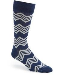 dunkelblaue und weiße horizontal gestreifte Socken