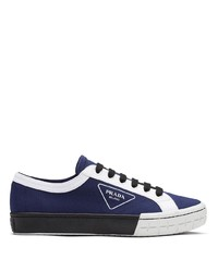 dunkelblaue und weiße Segeltuch niedrige Sneakers von Prada