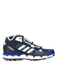 dunkelblaue und weiße Sportschuhe von Adidas By White Mountaineering