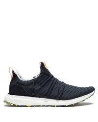 dunkelblaue und weiße Sportschuhe von adidas