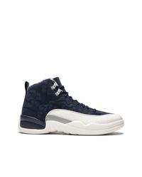 dunkelblaue und weiße Sportschuhe von Jordan