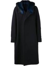 dunkelblauer Mantel mit einem Pelzkragen