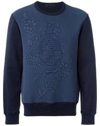 dunkelblauer Pullover mit einem Rundhalsausschnitt mit Blumenmuster