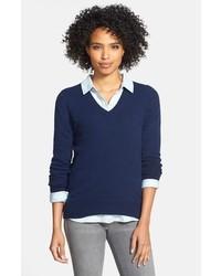 dunkelblauer Pullover mit einem V-Ausschnitt