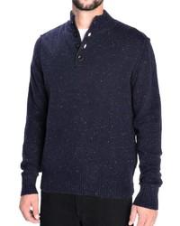 dunkelblauer Pullover mit einem zugeknöpften Kragen