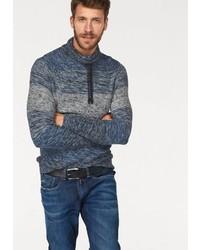 dunkelblauer Pullover mit einer weiten Rollkragen von BLEND