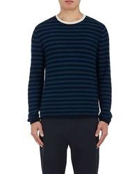 dunkelblauer und grüner horizontal gestreifter Pullover mit einem Rundhalsausschnitt