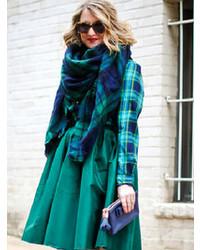 dunkelblauer und grüner Schal mit Schottenmuster