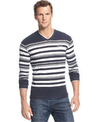 dunkelblauer und weißer Pullover mit einem V-Ausschnitt