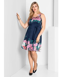 dunkelblaues ausgestelltes Kleid mit Blumenmuster von SHEEGO STYLE