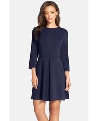 dunkelblaues ausgestelltes Kleid