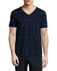 dunkelblaues bedrucktes T-Shirt mit einem V-Ausschnitt