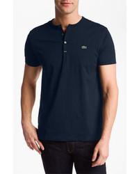 dunkelblaues T-shirt mit einer Knopfleiste