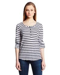 dunkelblaues und weißes horizontal gestreiftes T-shirt mit einer Knopfleiste