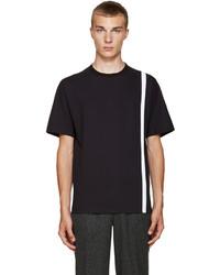 dunkelblaues vertikal gestreiftes T-Shirt mit einem Rundhalsausschnitt