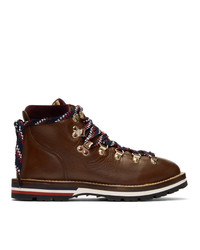 dunkelbraune flache Stiefel mit einer Schnürung aus Leder von Moncler