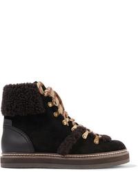 dunkelbraune flache Stiefel mit einer Schnürung aus Wildleder