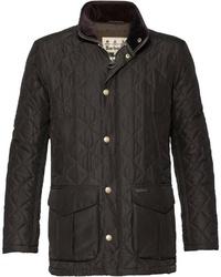 dunkelbraune Jacke mit einer Kentkragen und Knöpfen von Barbour