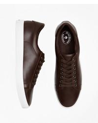 dunkelbraune niedrige Sneakers