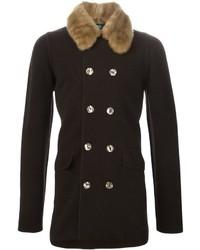 dunkelbrauner Mantel mit einem Pelzkragen