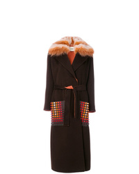 dunkelbrauner Mantel mit einem Pelzkragen von Fendi